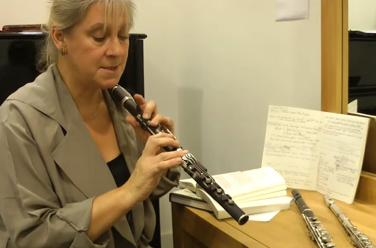 Principal flute Lisa Beznosiuk shows us the differences between conical and cylindrical flutes